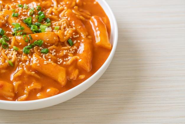 Koreański makaron instant i tteokbokki w ostrym koreańskim sosie, rabokki - koreański styl jedzenia
