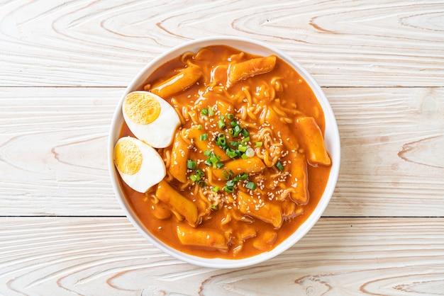 Koreański makaron instant i tteokbokki w ostrym koreańskim sosie