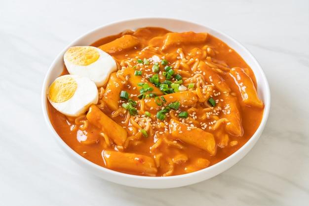 Koreański makaron instant i tteokbokki w pikantnym koreańskim sosie rabokki