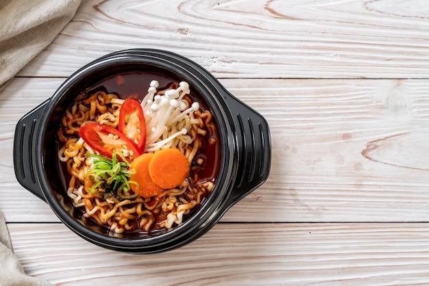 Koreański makaron instant w czarnej misce