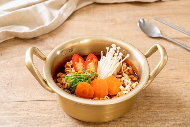 Koreański makaron instant w złotej doniczce