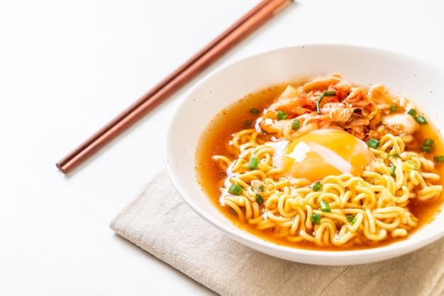 Koreański makaron instant z kimchi i jajkiem