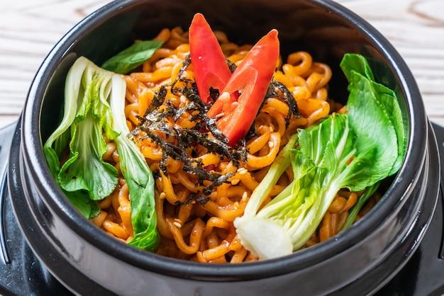 Koreański makaron instant z warzywami i kimchi
