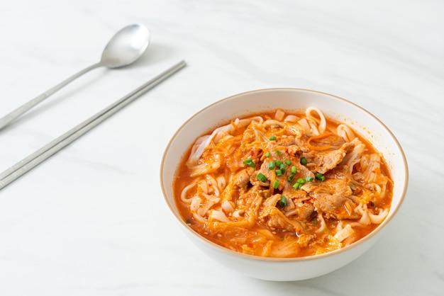 Koreański makaron udon ramen z wieprzowiną w zupie kimchi - azjatyckie jedzenie