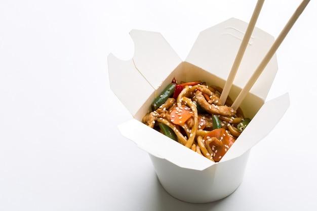 Koreański makaron w białym pudełku na białym tle