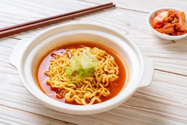 Koreański pikantny makaron instant z kimchi