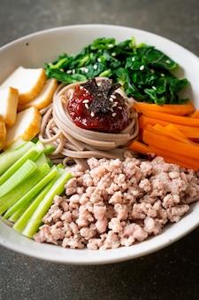 Koreański pikantny zimny makaron - bibim makguksu lub bibim guksu - korean food style