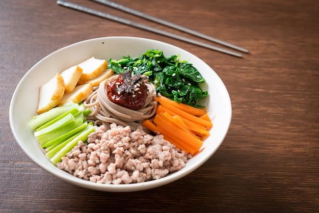 Koreański pikantny zimny makaron. bibim makguksu lub bibim guksu. koreański styl jedzenia