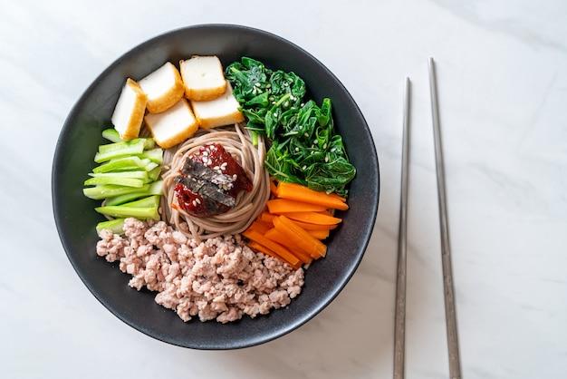 Koreański pikantny zimny makaron zwany bibim makguksu