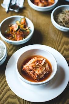 Koreański sfermentowany kimchi w restauracji