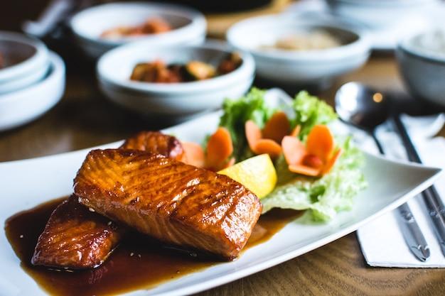 Koreański smażony łosoś ze słodkim sosem sojowym