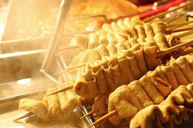 Koreański street food z rybnego tortu