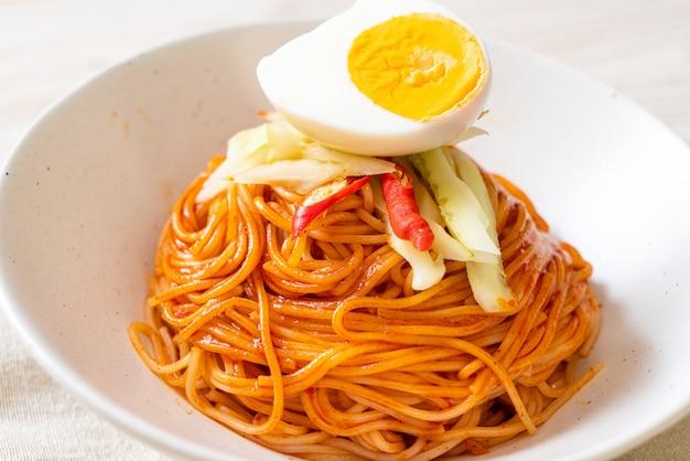 Koreański zimny makaron z jajkiem