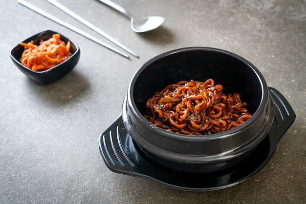 Koreańskie czarne spaghetti lub makaron instant z pieczonym sosem sojowym chajung (chapagetti) - koreański styl jedzenia