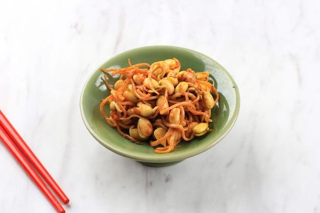 Koreańskie danie: kongnamul muchim, jeden różne pikantny koreański przystawka (banchan). kongnamul to kiełki fasoli mung. podawaj na bocznej półce na marmurowym stole z miejscem na kopię tekstu