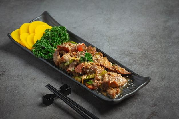 Koreańskie jedzenie bulgogi lub grillowana marynowana wołowina gotowa do podania