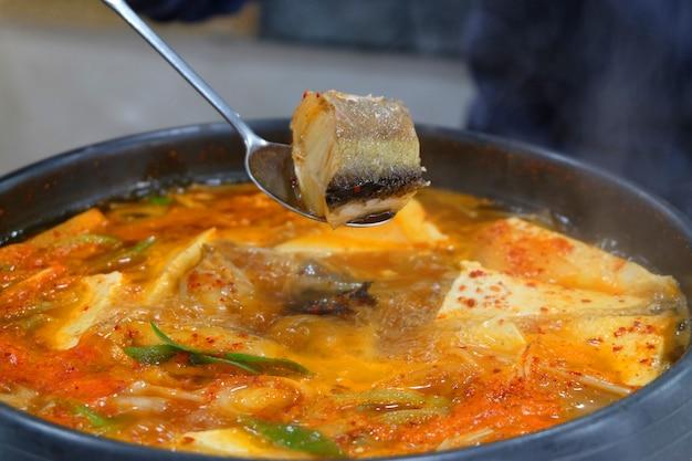 Koreańskie jedzenie dongtae tang, pikantny gulasz z mintaja w gorącym garnku.