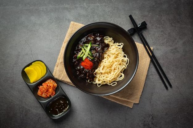 Koreańskie jedzenie; jajangmyeon lub makaron z sosem ze sfermentowanej czarnej fasoli
