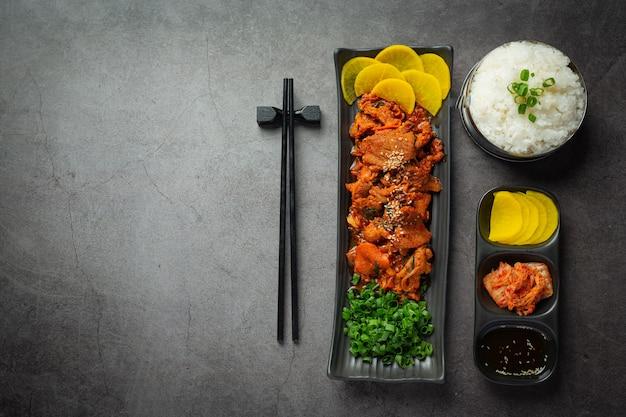 Koreańskie jedzenie; jeyuk bokkeum lub smażona wieprzowina w sosie koreańskim