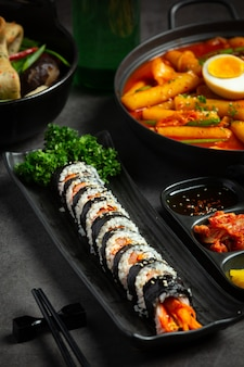 Koreańskie jedzenie, kim bap - ryż gotowany na parze z warzywami w wodorostach.