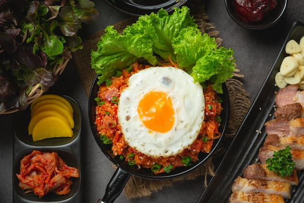 Koreańskie jedzenie. smażony ryż z kimchi podawaj z jajkiem sadzonym
