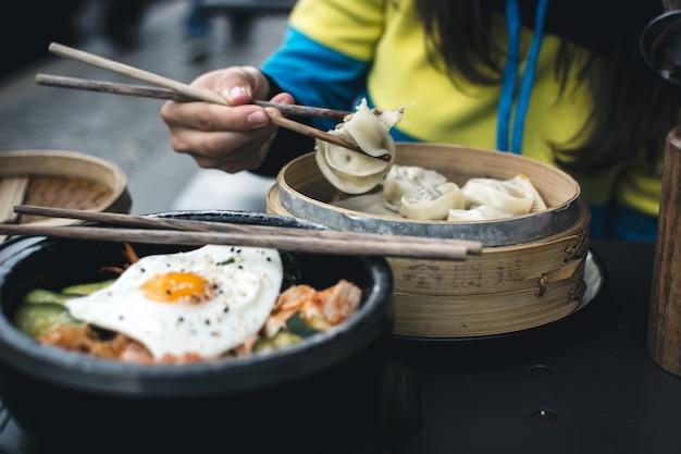 Koreańskie jedzenie z przyjaciółmi