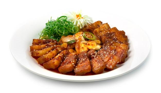 Koreańskie pikantne bulgogi wieprzowe (jeyuk bokkeum) koreańskie jedzenie