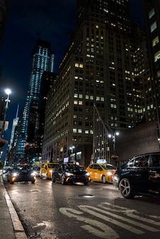 Korek drogowy w mieście nocą