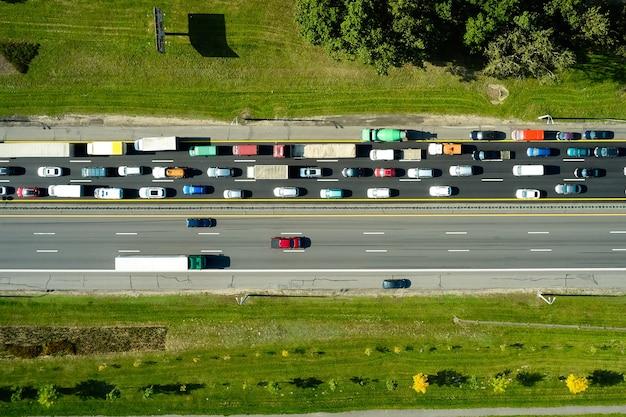 Korek w godzinach szczytu na autostradzie. samochody na drogach