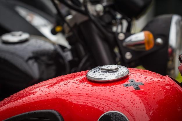 Korek wlewu paliwa motocykl po deszczu