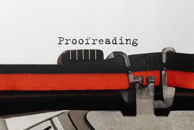 Korekta tekstu wpisana na maszynie do pisania retro