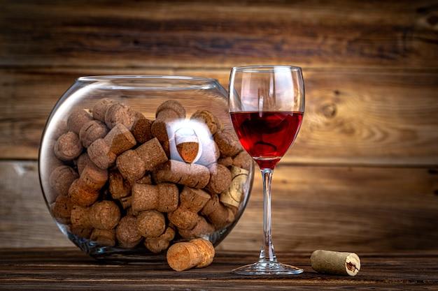 Korki i kieliszek wina na starym drewnie