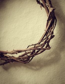 Korona cierniowa przedstawia ukrzyżowanie jezusa