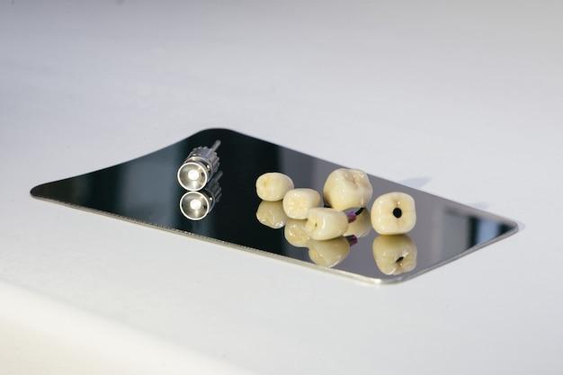 Korona cyrkonowa i łącznik hybrydowy z cyrkonu. korona dentystyczna z cyrkonu - sztuczny ząb do żucia ze śrubokrętem ortopedycznym.