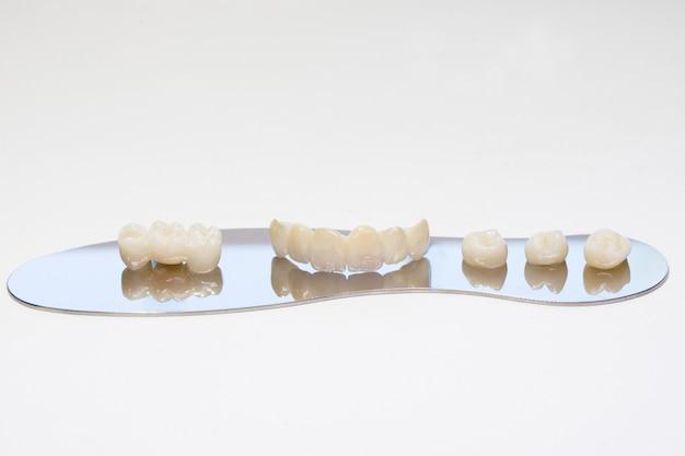 Korona cyrkonowa. izoluj w tle. estetyczne uzupełnienie utraty zęba. cyrkon ceramiczny w ostatecznej wersji. korony dentystyczne bez metalu.