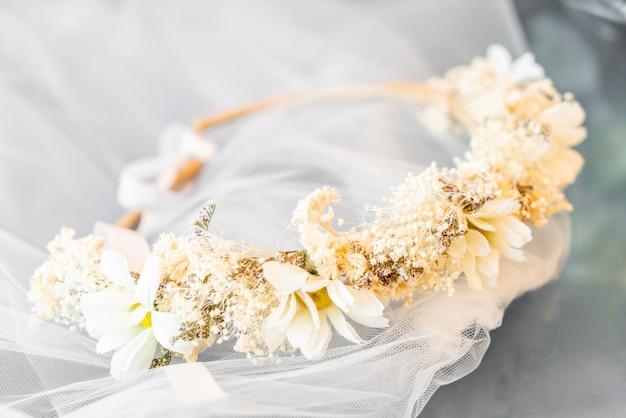 Korona kwiatowa z welonem