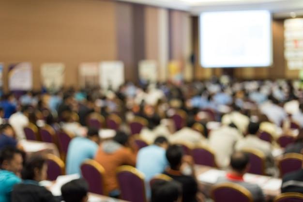 Korona słucha mówcy wygłaszającego przemówienie na spotkaniu biznesowym. publiczność w sali konferencyjnej. biznes i przedsiębiorczość. skopiuj miejsce na białej tablicy.