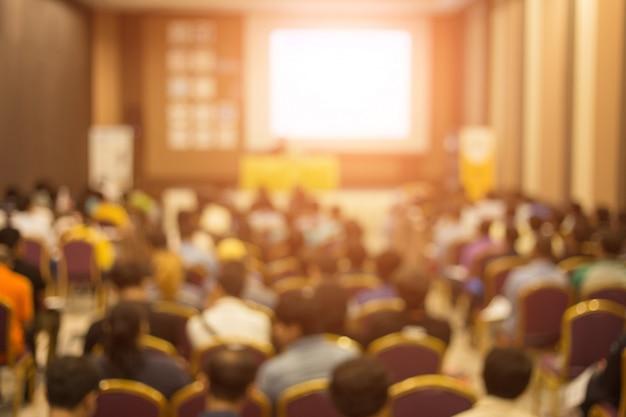 Korona słucha mówcy wygłaszającego przemówienie na spotkaniu biznesowym