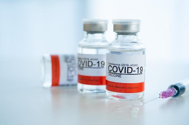 Koronawirus — butelki na szczepionki 2019-ncov lub covid-19 wyłącznie do wstrzykiwań. pilne badania i wykorzystanie produkcji szczepionek w przypadku covid-19 – choroba koronawirusowa. szczepionka covid-19 z bliska z copyspace.