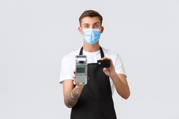 Koronawirus dystans społeczny w kawiarniach i restauracjach biznes podczas pandemii koncepcji przystojny mężczyzna...