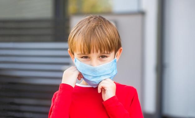 Koronawirus epidemia. chłopiec z ochronną maską na twarz.