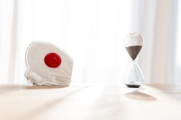 Koronawirus i czas, klepsydra i respirator jako symbol zdobywania czasu na zarządzanie chorobą