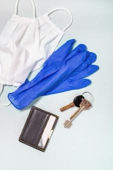 Koronawirus profilaktyka. medyczne maski i rękawiczki, widok z góry. ochrona przed wirusem corona podczas wychodzenia z domu