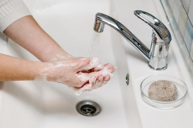 Koronawirus profilaktyka. myć ręce mydłem antybakteryjnym i ciepłą bieżącą wodą, pocierając paznokcie i palce w zlewie. mycie rąk. epidemiczny covid-19. zapobieganie chorobie grypowej.