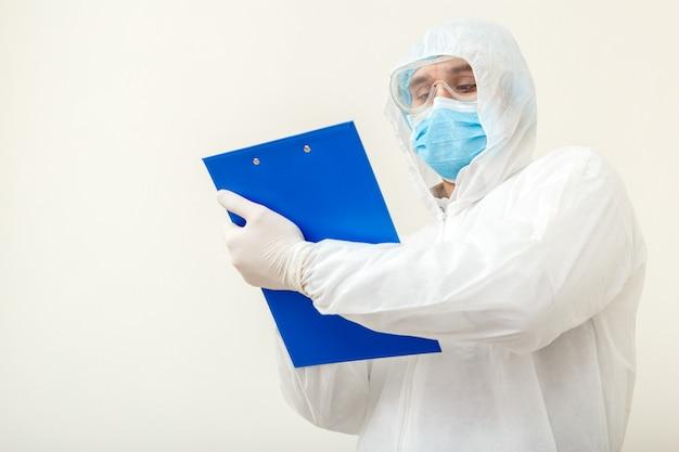 Koronawirus, wizyta u lekarza covid-19. lekarz w ochronnym kombinezonie medycznym