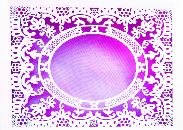 Koronkowa owalna ramka z białego papieru, wykonana w ozdobnym i luksusowym stylu na różowym tle