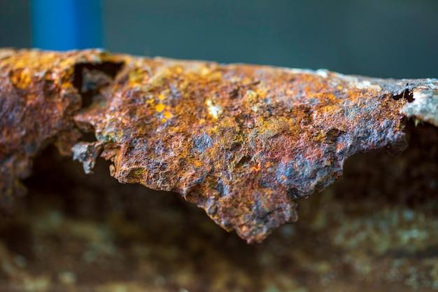 Korozja materiału płyty stalowej spowodowana rdzą stare zardzewiałe żelazne tło i powierzchnia deformują korozję metalu, obszar kopiowania z bliska