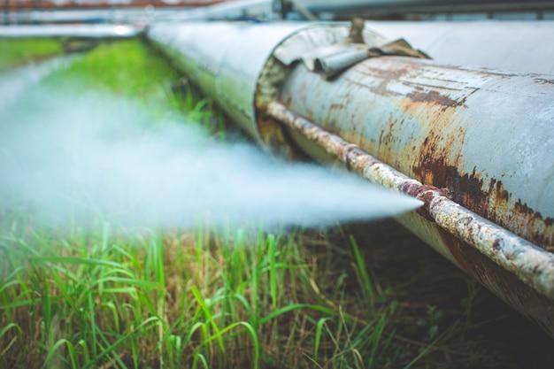 Korozja rdzy przez rurkę kielichową wyciek gazu pary na małej izolacji rurociągu.