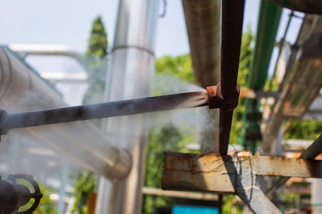 Korozja zardzewiała przez rurę kielichową rurociąg wycieku gazu parowego na izolacji
