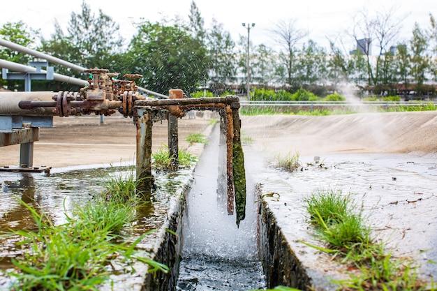 Korozja zardzewiała przez rurkę zaworu wyciek gazu parowego w rurociągu